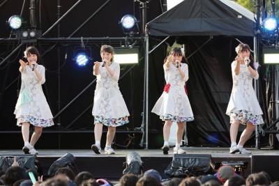 sora tob sakana。ポストロック、エレクトロニカを基調とする楽曲は今までのアイドルにない斬新な選曲。「楽曲派」の代表格といえる。写真はアイドル横丁夏まつり!!~2017~のステージ