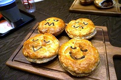 顔で中身がわかる「パイフェイス」のパイ。本国で人気の「クラシックミンスビーフ」(左上)、「チャンキーステーキ」(右上)「チキンマッシュルーム」(右下)「タンドリーベジタブル」(右下)。各390円