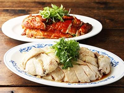 シンガポールの専門店「ウィーナムキーハイナンチキンライスの看板メニュー「チキン」(1/4羽で2100円、スープ付き)。手前はしっとりとした肉厚なスチームチキン、奥は皮が香ばしいローストチキン