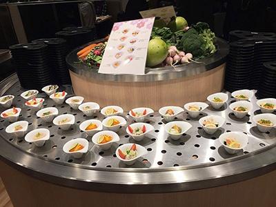 回転ずし最大手「あきんどスシロー」の回らないすし店「ツマミグイ」店内奥にある「前菜テーブル」には、一皿300円の小皿が並んでいる