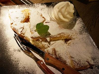 「熟成焼肉 肉源」名物のデザート「The Big Apple~焼きたて ハウス アップルパイ~」(800円)。鉄板とほぼ同じサイズにたじろぐが、パイの層が薄く軽いので、1人1枚は軽くいける
