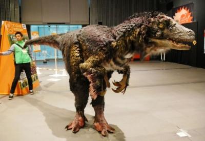 恐竜ショー「DINO-A-LIVE」が期間中の平日に1日3回のスケジュールで登場する