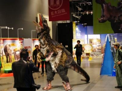 キレッキレの動きと鳴き声で、恐竜を目の前にしたときの恐怖感を味わわせてくれる