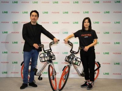 LINEの出澤剛社長(左)、モバイク創業者のフー・ウェイウェイ氏(右)