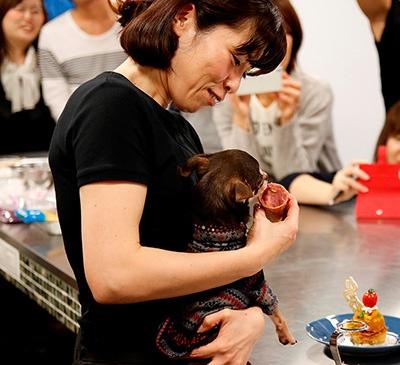 イベントなどのアナウンサーとして活躍しながら愛犬料理教室の講師を務める水野氏