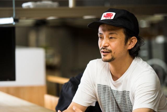 真鍋大度(まなべ・だいと)。株式会社ライゾマティクス取締役。メディアアーティスト、DJ、プログラマー。1976年東京生まれ。東京理科大学卒業後、大手企業にシステムエンジニアとして入社。2006年に同社を設立し現在に至る