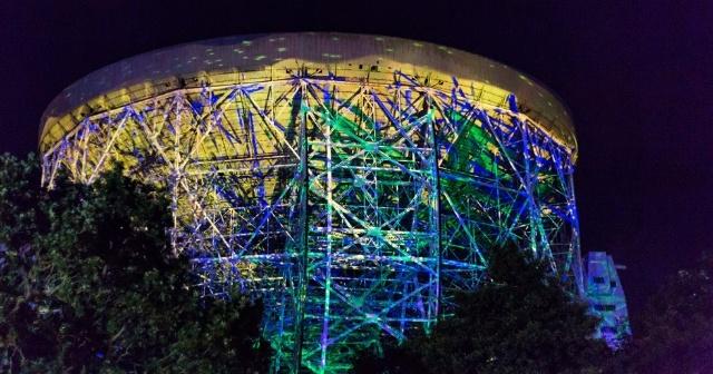 イギリス・マンチェスターで開催された「Bluedot Festival」で、ロヴェル電波望遠鏡を舞台に、オーディオ・ビジュアルのインスタレーションを作り上げた。真鍋氏らによる、様々なものと、プログラミングの融合によって1つの作品の魅力をさらに引き立たせることができるのだ
