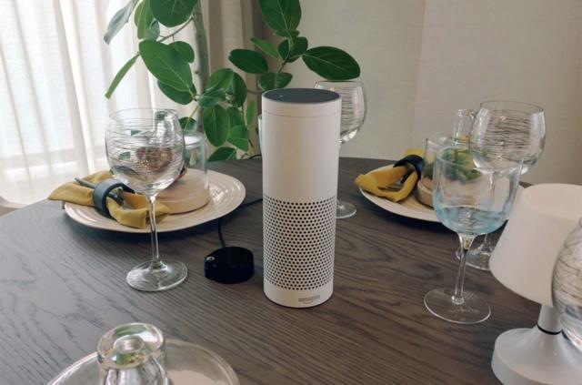 横浜MIDベースでは、Echo Plusとともにスマート家電コントローラを介し、テレビやエアコンなど様々な家電操作を音声で可能にしたほか、ソフトバンクグループが提供するエネルギーデータのリアルタイム分析を行う「エネトーク」とも連携。将来的には、電気使用量などのエネルギーデータから分かる生活パターンに合わせ、居住者の見守りや居住者ごとに快適な生活につながる情報発信を目指している