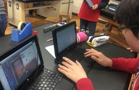佐藤さんは小学校教員時代にパソコンを活用した教育を実践。パソコン画面に表示した振り子の実験シミュレーションを動かすプログラミングなどを子どもたちに考えさせ、高度な取り組みを行っていた(※1)