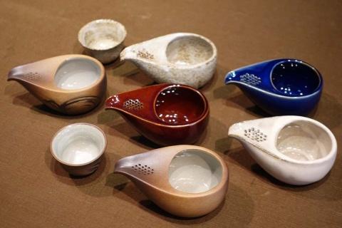 藤総製陶所のひとり飲み用茶器「ひとしずく」。このほか、熱いお茶用に持ち手付きのものやドレッシング用に注ぎ口の穴を大きくした製品も開発