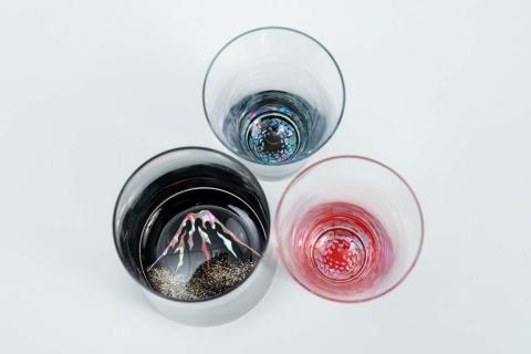 天野漆器の螺鈿ガラス。グラスの底に張られた螺鈿や漆がグラスの側面に映り込んで万華鏡のような鮮やかな文様が広がる