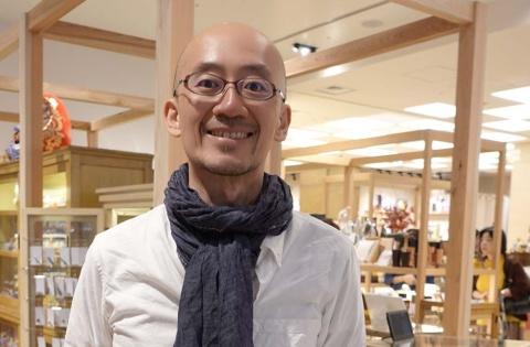 店内販売用にセレクションを担当した日本百貨店社長の鈴木氏。写真はにほんばし總本店で撮影