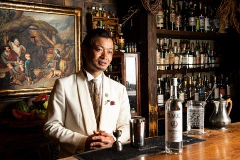 Bar BenFiddich(バー ベンフィディック) 鹿山博康氏。常にオリジナルカクテルづくりを探究する鹿山氏の名は、日本はもちろん、海外のカクテル愛好家にも広く知られている
