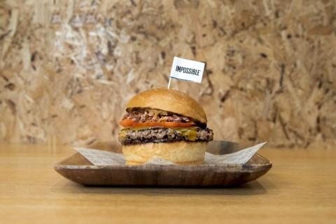 米Impossible Foodsの完全植物性パティを使ったハンバーガー