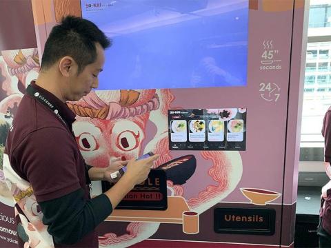 Yo-Kai Expressの自販機。左は創業者のアンディ・リンCEO(最高経営責任者)